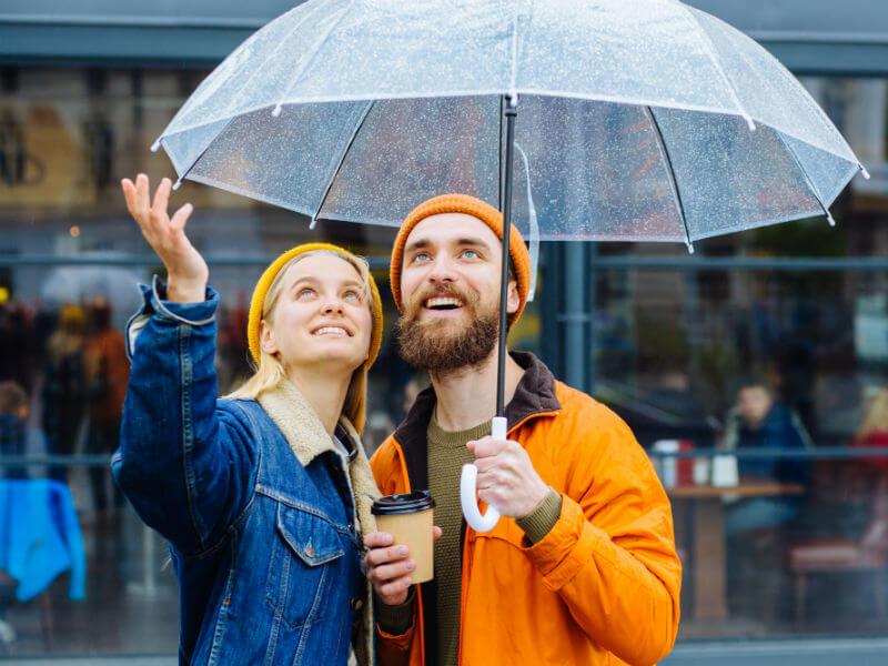 Junges Paar unter einem Regenschirm - lexoffice lässt Kleinunternehmen in der Corona Krise nicht im Regen stehen
